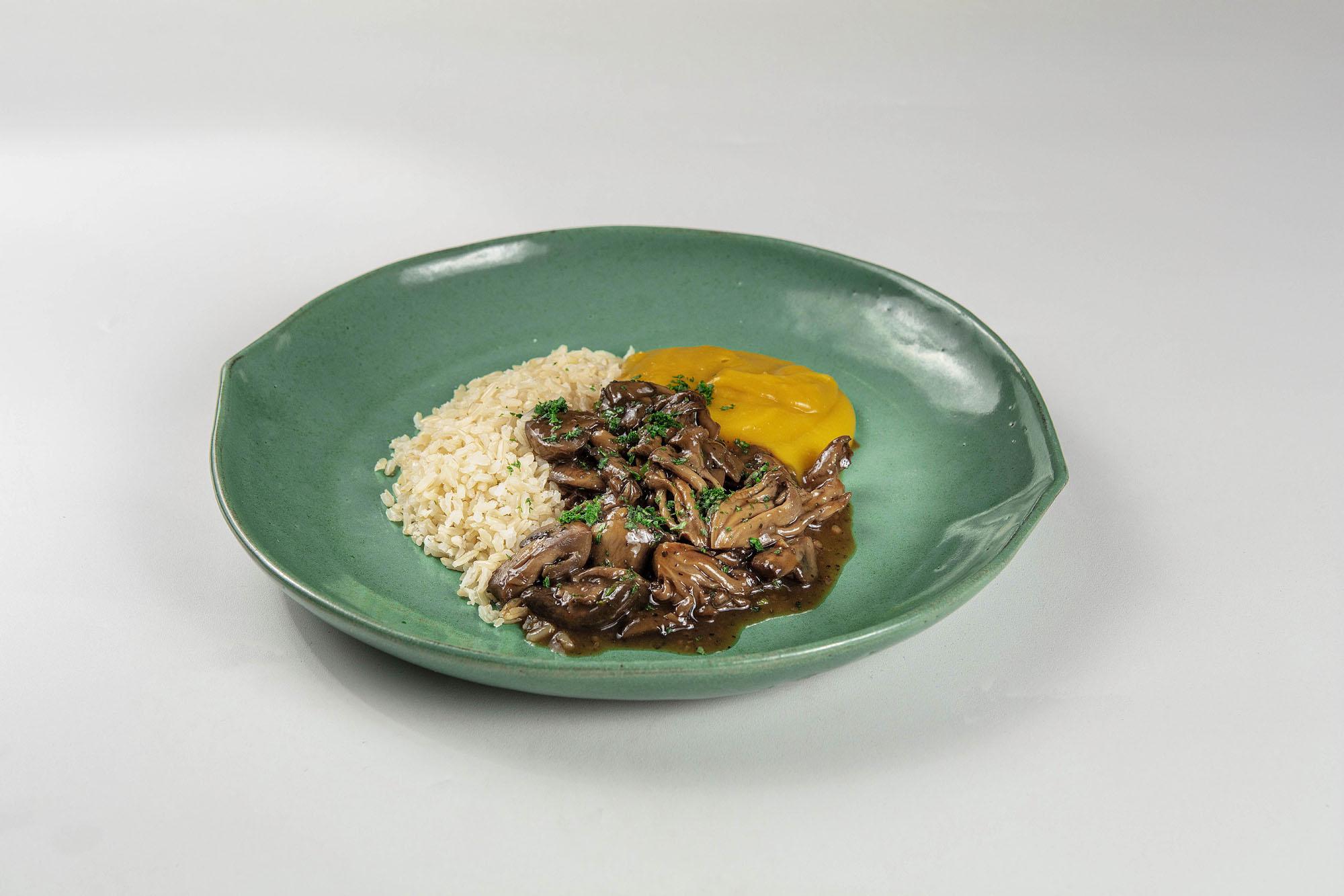 Cogumelos glaceados, purê de mandioquinha defumado e arroz integral (370gr)