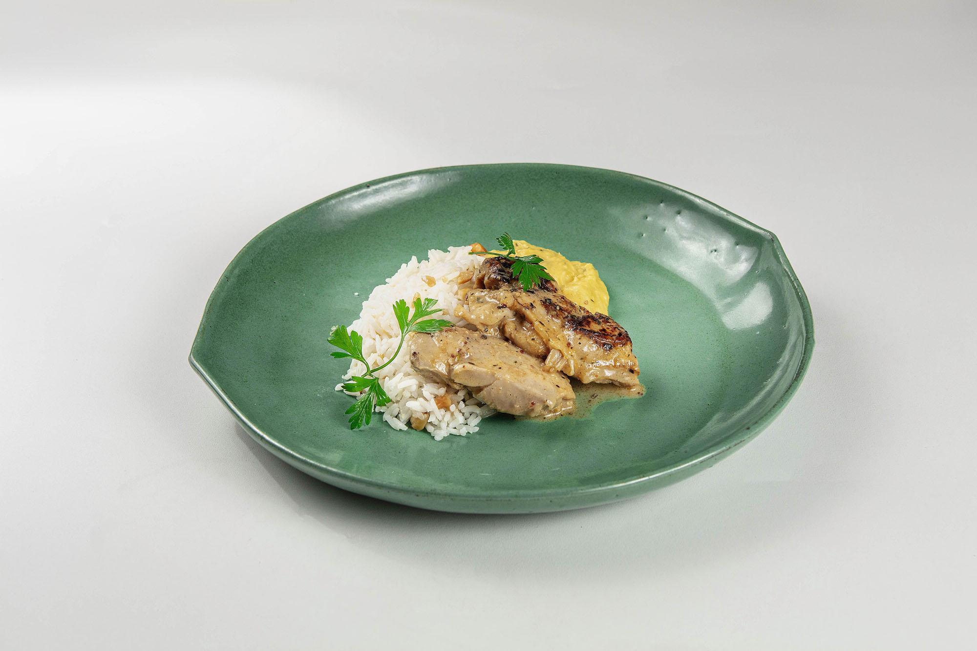 Sobrecoxa de frango ao molho de mostarda, arroz branco e purê de milho e tomilho fresco (390gr)