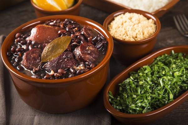 Feijoada do Bolinha- A melhor Feijoada do Brasil, acompanha Arroz, Farofa de Bacon e Couve para até 3 pessoas - Enviada na Cumbuca de barro