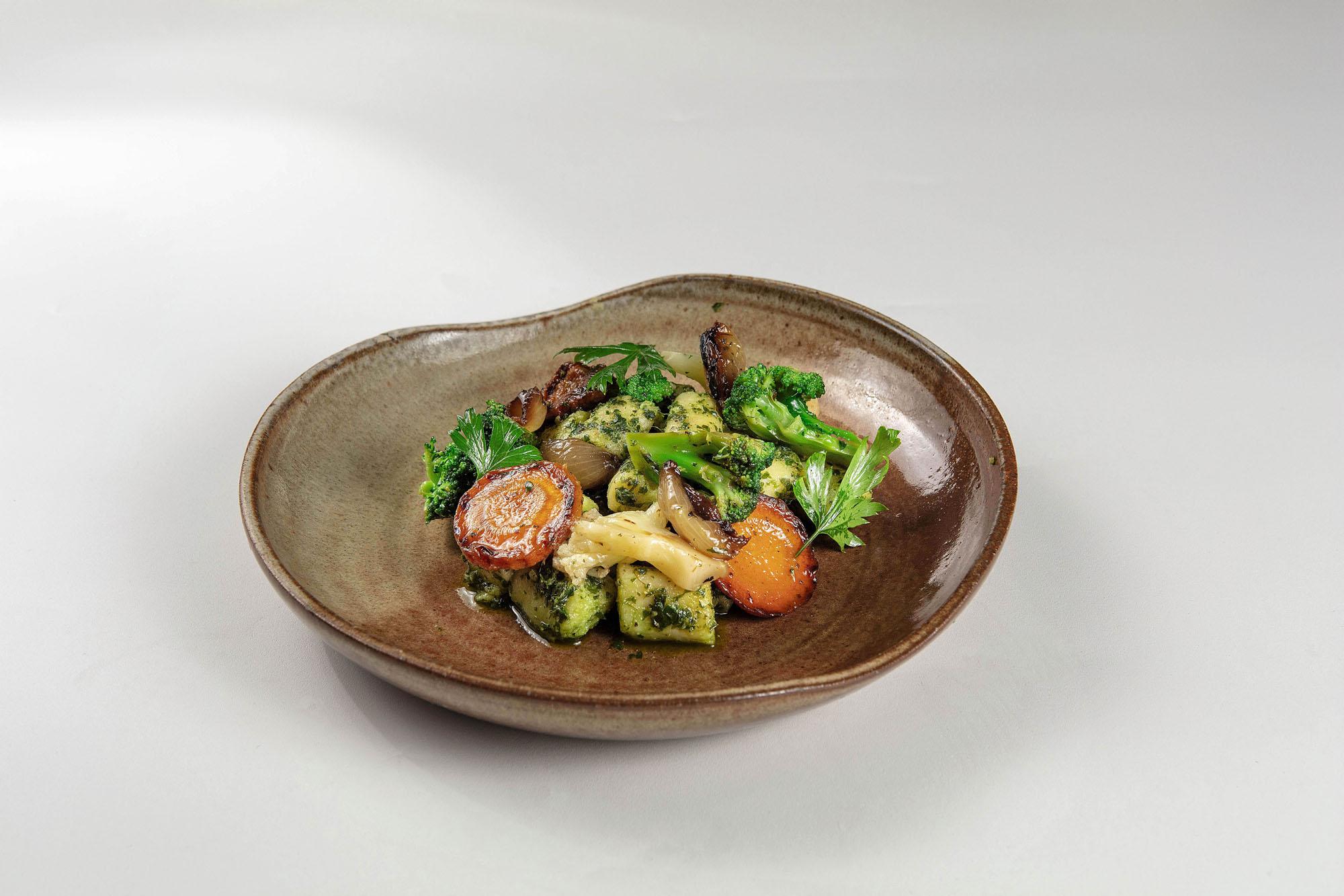 Nhoque de batata, pesto de ervas e mix de vegetais grelhados (380gr)