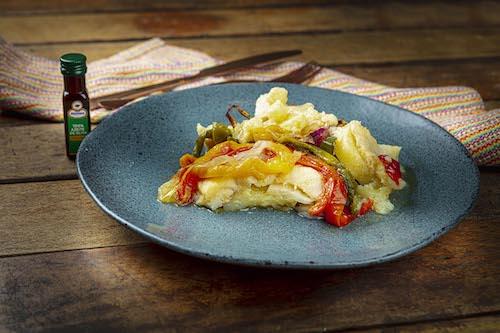 Bacalhau Gadus Morhua (o legítimo) à Portuguesa com pimentões, tomate cereja, cebola, batatas ao Azeite Galo Extra Virgem, acompanha Mini Azeite e Arroz branco - 400 g