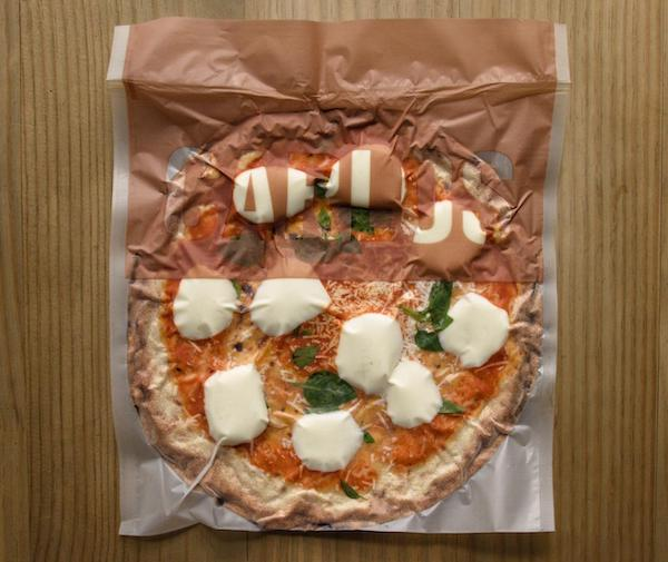 Pizza Marguerita da Carlos Pizza, premiada pizzaria de São Paulo, com muçarela e queijo parmesão. Massa de Levain - 330g