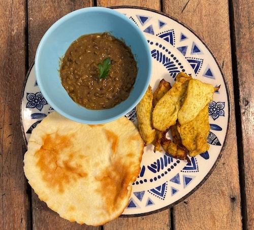 Murgh Malai Kebab - Frango Indiano grelhado, acompanha Dal com Lentinhas de 5 cores e Pão Naan - 350g