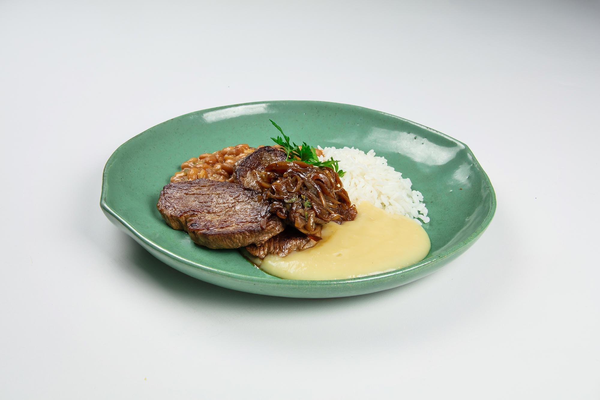 Filé mignon acebolado com purê de batata e alho assado, arroz branco e feijão carioquinha (480gr)