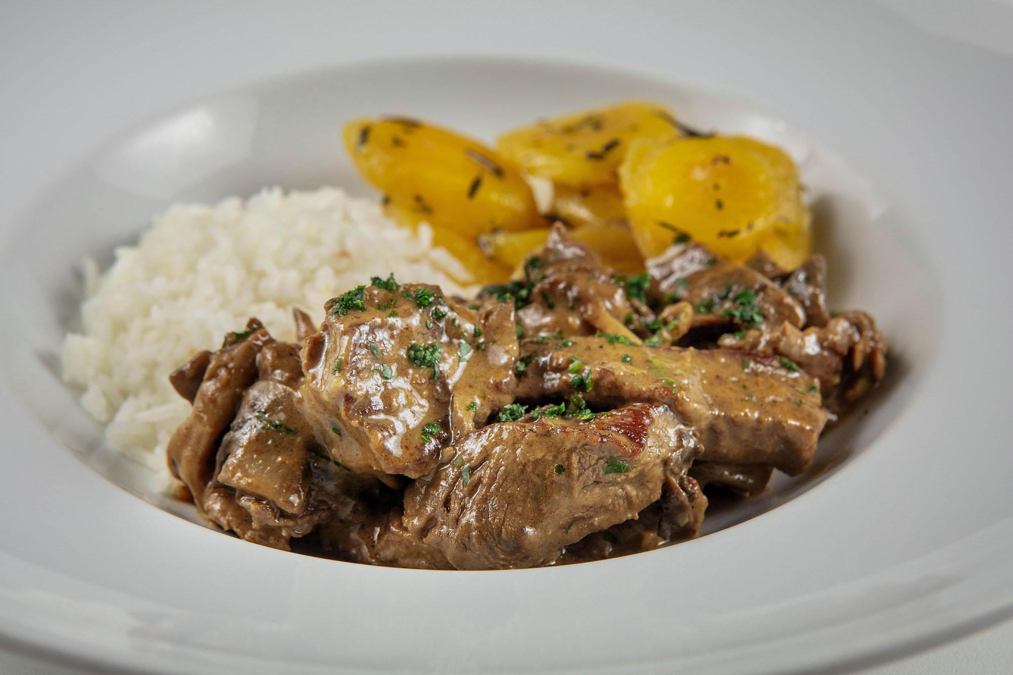Strogonoff de filé mignon com cogumelos, mandioquinha com ervas frescas e arroz branco (380gr)