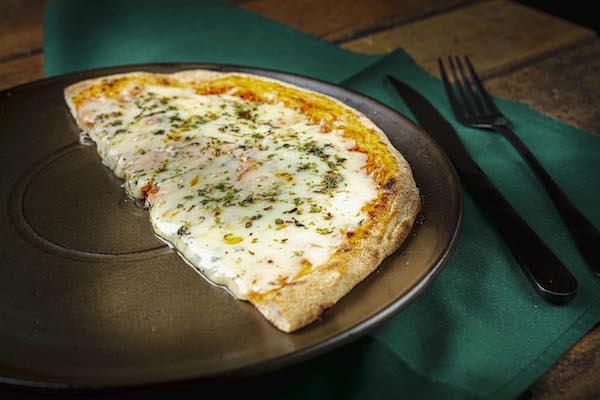 Pizza de Mussarela Scala com Massa de Levain de farinha italiana e molho de tomates orgânicos com um suave toque de orégano - Acompanha mini azeite - Unidade com 2 fatias