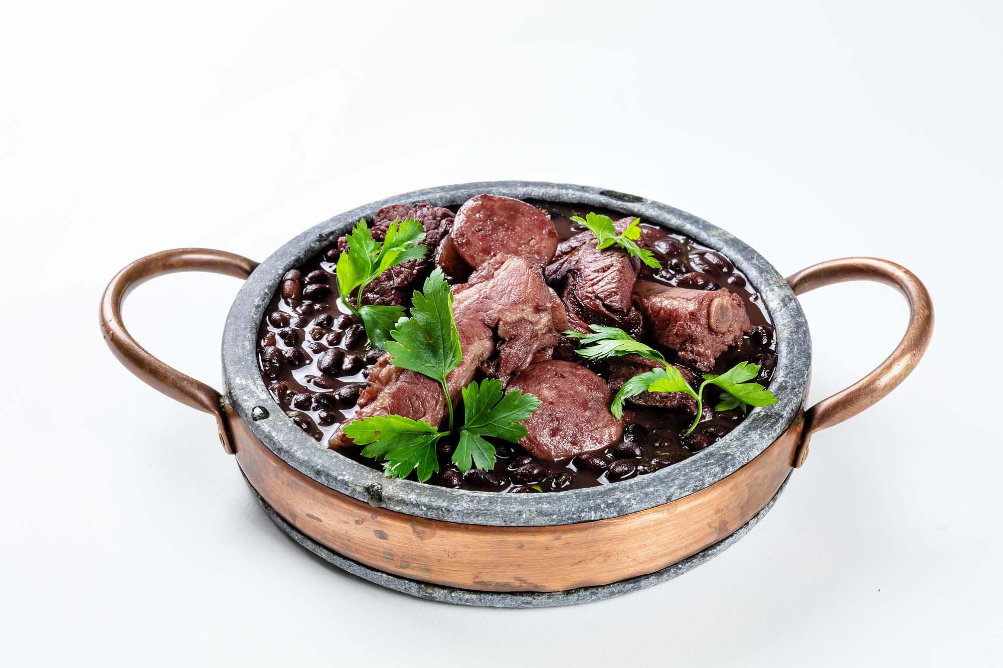 Feijoada completa com costelinha, carne seca e paio, arroz branco, couve refogada com alho, farofa de bacon e caldinho apimentado de feijão (520gr)