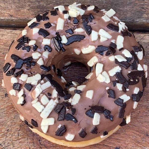 Donuts Bombom Dueto - massa fofinha, recheado com delicioso creme de chocolate e coberto de chocolate ao leite - 50 g