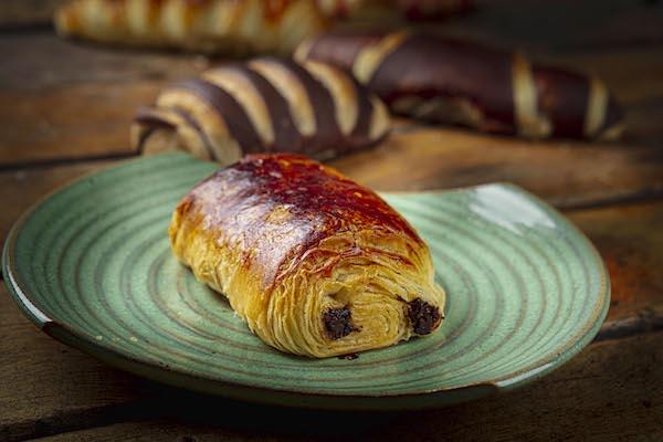 O clássico Pain au Chocolat - Um croassaint recheado com chocolate, importado da França