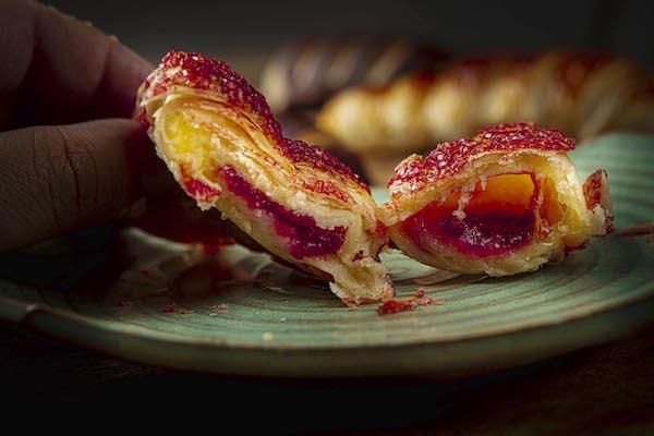 Croissant com recheio de framboesa - O Legítimo Croissant Francês, importado da França, feito com ingredientes selecionados.