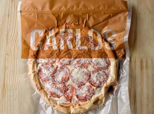 Pizza de Peperoni da Carlos Pizza, premiada pizzaria de São Paulo, com linguiça curada, muçarela e parmesão. Massa de Levain - 330g