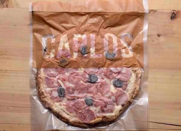 Pizza de Calabresa Especial da Carlos Pizza, premiada pizzaria de São Paulo, com Muçarela, parmesão e azeitona. Massa de Levain  - 330g
