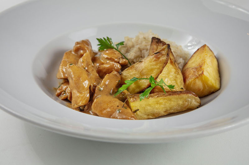 Strogonoff defumado de frango com batatas assadas e arroz branco (380g)