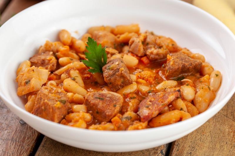 """Cassoulet - Prato clássico francês feito com feijões brancos, paio, carne e sobrecoxa, lembra uma feijoada """"branca"""" e Arroz Branco - 350 g"""