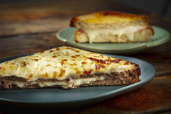 Croque Monsieur, feito com pão italiano de Levain, presunto fresco e mussarela scala, finalizado com molho bechamel da casa e muito parmesão grana padano, fantastic!