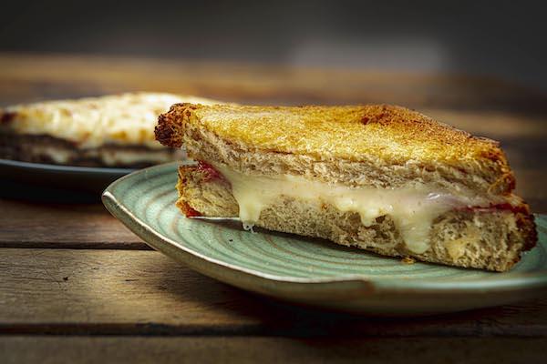 Misto Quente feito com pão italiano de Levain, presunto fresco e mussarela scala