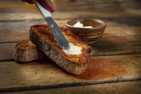 Pão Multi-grão feito com levain, fatiado e tostado com manteiga aviacão - 2 fatias
